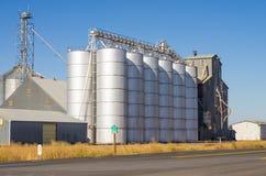 Силосохранилища металла и лифты зерна стоковая фотография
