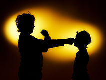 2 силуэта выразительных мальчика показывая эмоции используя gesticu стоковая фотография