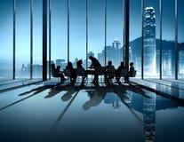 Силуэта конференции бизнесмены сыгранности метода мозгового штурма Стоковые Изображения