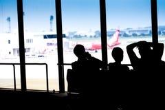 Силуэты бизнесмена и пассажиров путешествуя на авиапорте, Стоковое Изображение RF
