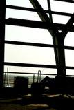 Силуэты бизнесмена на авиапорте; ждать на плоских стробах восхождения на борт Стоковое Изображение