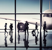 Силуэты бизнесменов в авиапорте Стоковые Изображения