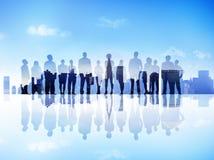 Силуэты бизнесменов на городе Scape смотря вверх Стоковое Изображение