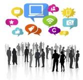 Силуэты бизнесменов работая и социальных символов средств массовой информации Стоковое Изображение