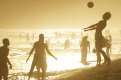 Силуэты бразильян играя заход солнца Altinho Ipanema Стоковые Фото