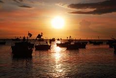 Силуэты въетнамских шлюпк-корзин рыбной ловли Стоковые Фотографии RF