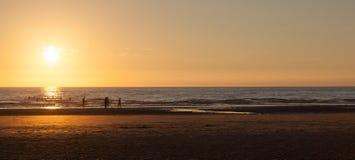 Силуэты в море Стоковая Фотография