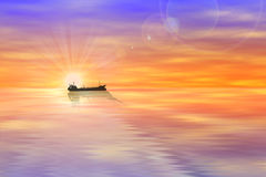 Силуэты, грузовой корабль моря на заходе солнца Стоковые Изображения RF