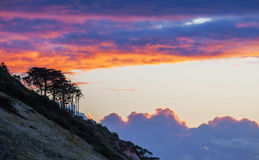 Силуэты дерева на холме на золотом заходе солнца Накалять облаков Стоковое Фото