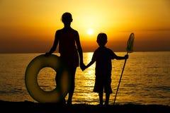 Силуэты детей на пляже Стоковое Изображение