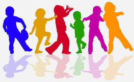 Силуэты детей танцев Стоковые Фотографии RF