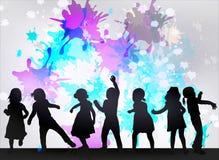 Силуэты детей танцев Стоковое фото RF