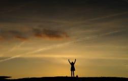 Силуэты захода солнца пляжа Стоковое Изображение RF