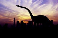 Силуэты динозавров в городе Бангкока Стоковые Изображения RF