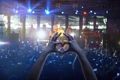 Силуэты концерта толпятся перед яркими светами этапа Стоковое фото RF