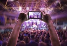 Силуэты концерта толпятся перед яркими светами этапа Стоковая Фотография