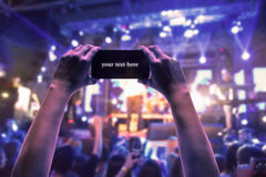 Силуэты концерта толпятся перед яркими светами этапа Стоковая Фотография RF