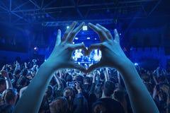 Силуэты концерта толпятся перед яркими светами этапа Стоковые Фото