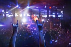 Силуэты концерта толпятся перед яркими светами этапа Стоковое Изображение RF