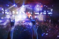 Силуэты концерта толпятся перед яркими светами этапа Стоковое Изображение