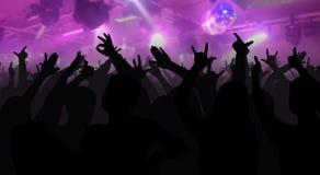 Силуэты концерта толпятся при руки поднятые на диско музыки Стоковое фото RF