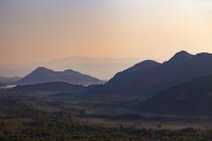 Силуэты наслоенных гор на заходе солнца, ландшафте природы Стоковая Фотография