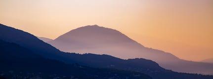 Силуэты наслоенных гор на заходе солнца, ландшафте природы Стоковое Изображение RF