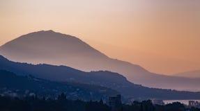 Силуэты наслоенных гор на заходе солнца, ландшафте природы Стоковое Изображение