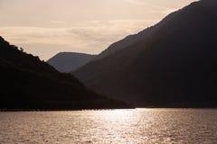 Силуэты наслоенных гор на заходе солнца Стоковая Фотография
