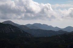 Силуэты наслоенных гор на дневном времени Стоковое Изображение