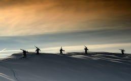 Силуэты на верхней части горы Стоковые Изображения RF