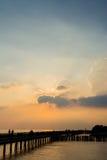 Силуэты на заходе солнца на взморье Стоковое Изображение RF