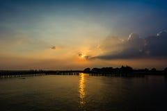 Силуэты на заходе солнца на взморье Стоковые Изображения RF