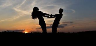 Силуэты на заходе солнца стоковое изображение