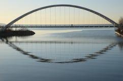 Силуэты на мосте свода залива Humber Стоковое фото RF