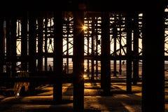 Силуэты под пристанью Стоковое Изображение