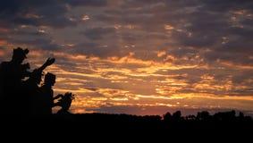Силуэты против красивого захода солнца Силуэт захода солнца Стоковое фото RF
