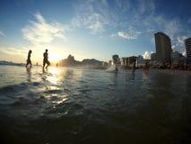 Силуэты Рио-де-Жанейро Бразилии пляжа Ipanema Стоковая Фотография RF