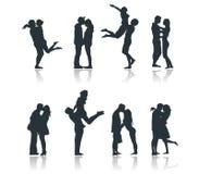 Силуэты романтичных пар любя целующ flirting подругу парня Стоковые Изображения