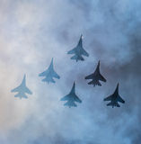 Силуэты русских истребительных авиаций SU-27 в небе Стоковое Изображение RF