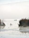 Силуэты рыболова и цапли Стоковая Фотография RF