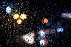 Силуэты света за ненастным окном Стоковая Фотография