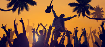 Силуэты людей наслаждаясь концертом на пляже Стоковое фото RF