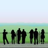 Силуэты людей на смотровой площадке Стоковое фото RF