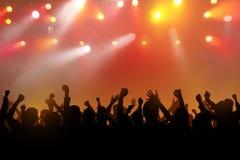 Силуэты людей танцев с руками дальше стоковые изображения rf