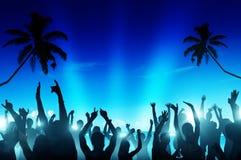 Силуэты людей танцуя пляжем Стоковые Фотографии RF
