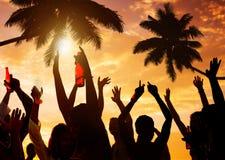 Силуэты людей Partying на пляже Стоковое фото RF