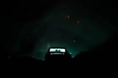 силуэт автомобиля с парами внутрь на темной предпосылке с светами и дымом романтичное место человек влюбленности поцелуя принципи Стоковое Изображение RF