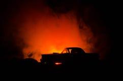 силуэт автомобиля с парами внутрь на темной предпосылке с светами и дымом романтичное место человек влюбленности поцелуя принципи Стоковое Фото