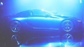 Силуэт автомобиля с фарами на черной предпосылке Стоковая Фотография